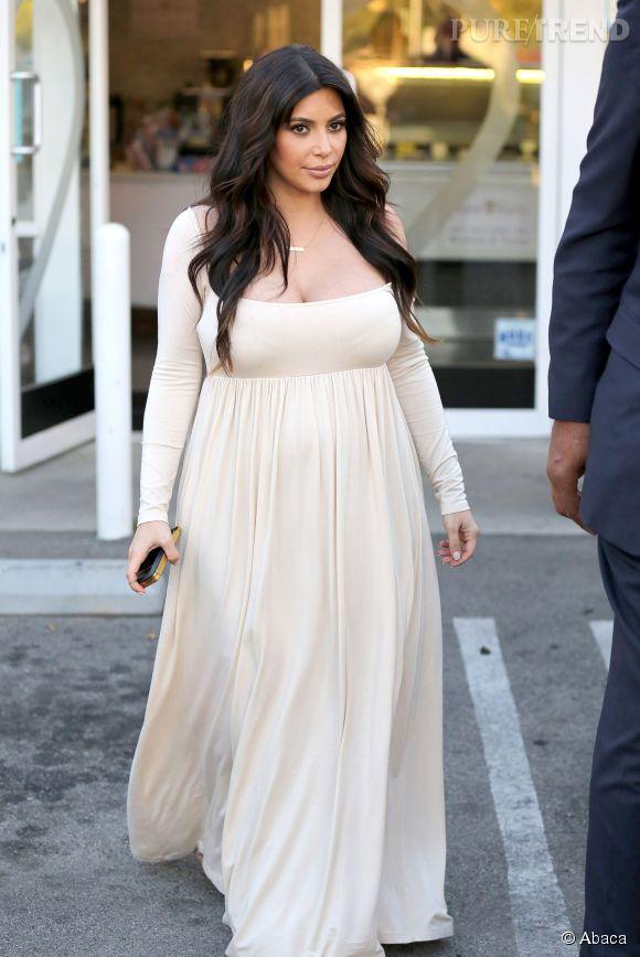 Allure bohème pour Kim Kardashian dans une robe blanche longue et évasée.