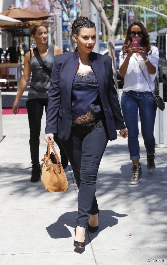 Enceinte, Kim Kardashian joue la working-girl, un look qu'on adore.