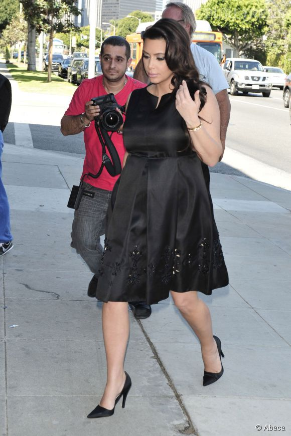 Robe rayee noir et blanc kim kardashian