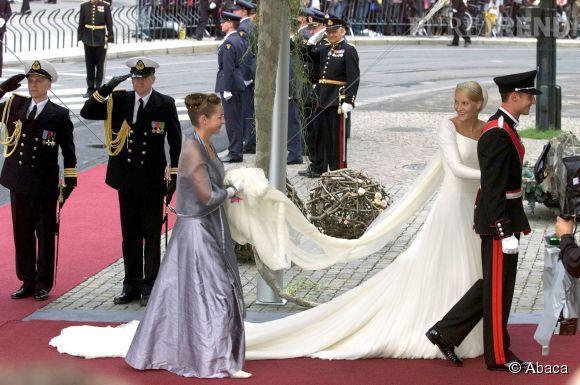 Mette-Marit de Norvège épouse le prince héritier de Norvège, le 25 août 2001. Son union avec Haakon de Norvège a créé de vives polémiques dans le pays. En effet, Mette-Marit était une femme divorcée et avait un garçon de son précèdent mariage.