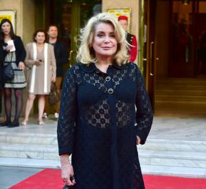 Catherine Deneuve ose la tenue transparente à Paris !