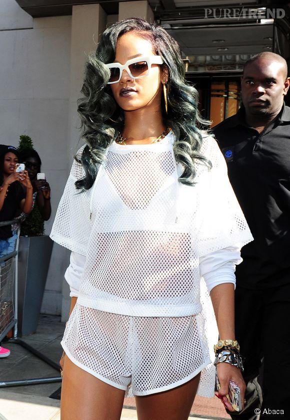Entre gris et bleu, la coloration de Rihanna illumine sa chevelure avec des accents pastel.