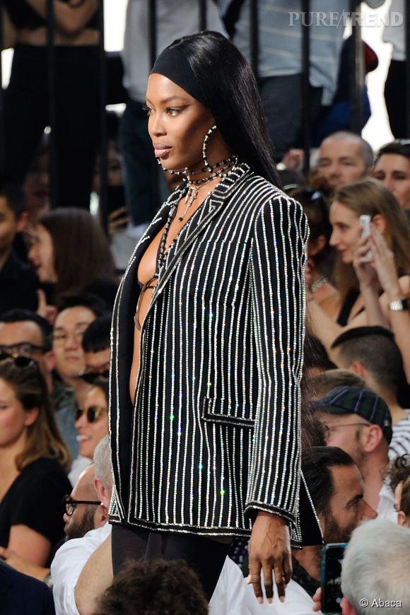Naomi Campbell très décolletée au défilé Givenchy homme Printemps-Été 2016.