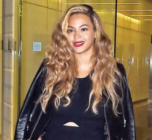 Beyoncé Knowles : son look de working girl sexy en jupe fendue