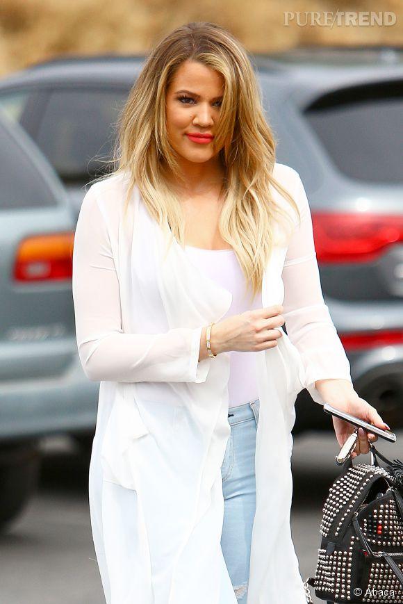 Khloe Kardashian : bouche rouge et chevelure blonde comme les blés, elle se fait plus sexy que jamais.