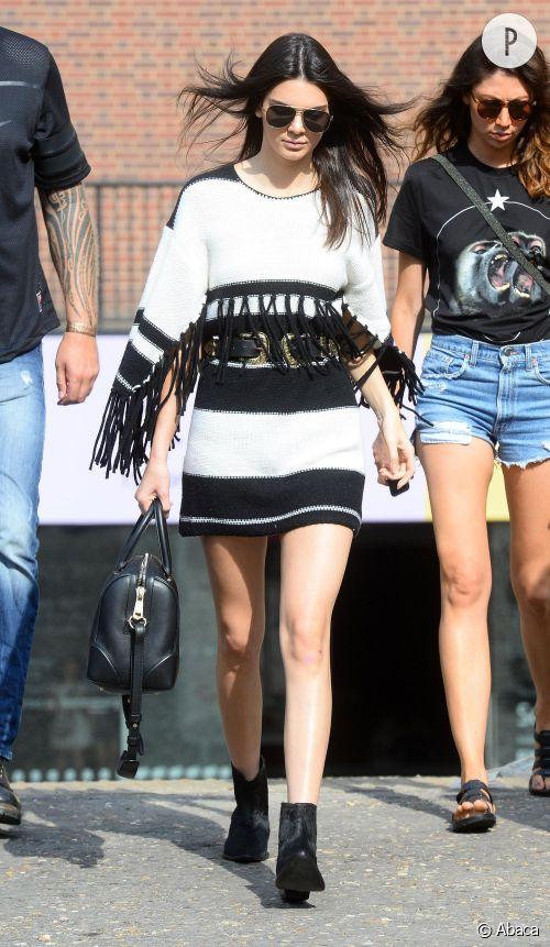 Kendall Jenner en robe blanche et noire à franges.