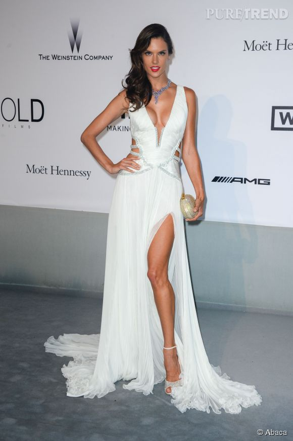 d608daa0d12 Alessandra Ambrosio affiche une silhouette de r amp ecirc ve dans cette  robe blanche brod amp