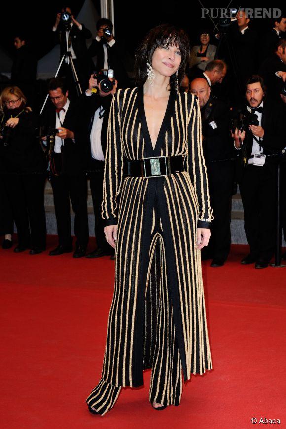 45aed9d3b0f Sophie Marceau dans une tenue signée Balmain sait mettre en valeur sa  poitrine.