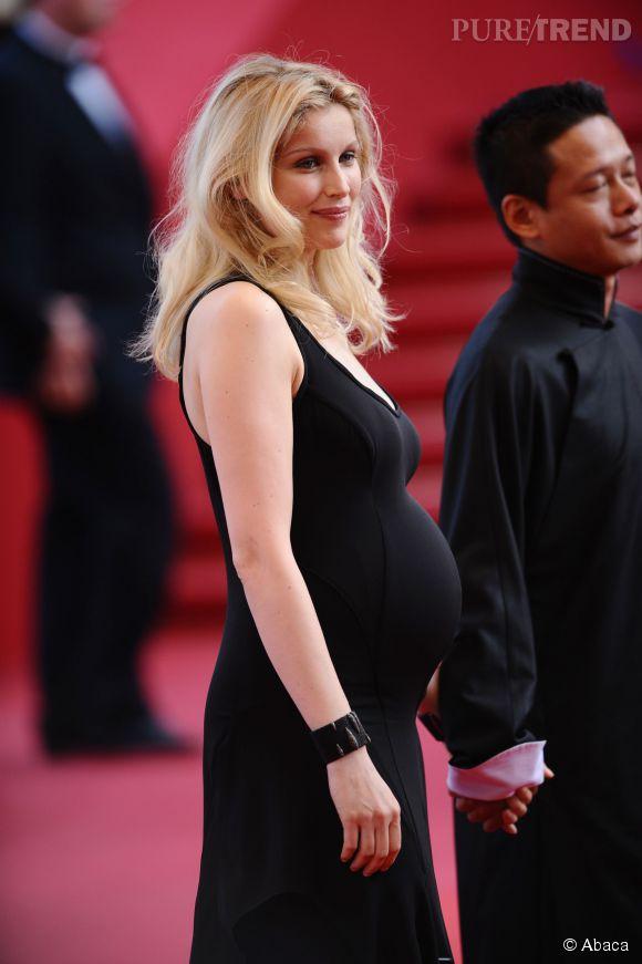 Enceinte, on ose la robe longue et moulante, comme Laetitia Casta à Cannes en 2009.