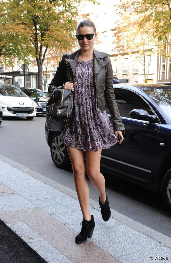 Le bon combo pour un été rock ? Une petite robe girly et un perfecto en cuir, comme Miranda Kerr.