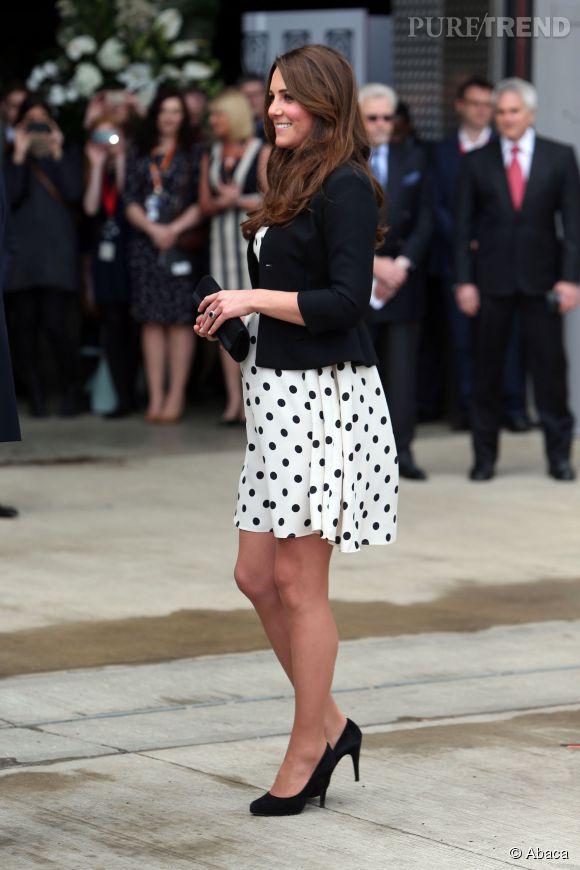 Enceinte en été ? On adopte la robe à pois (et au-dessus du genou, n'en déplaise à la reine d'Angleterre), comme Kate Middleton.
