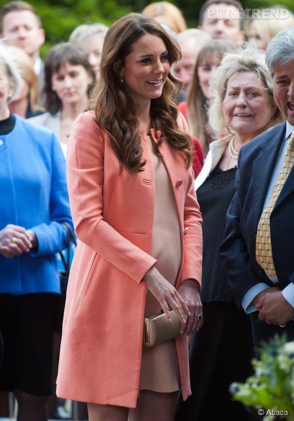 On peut aussi s'inspirer du joli look corail de Kate Middleton, pour un déjeuner en famille.