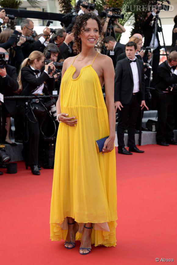 Comme Noémie Lenoir, on ose la couleur avec une jolie robe jaune.