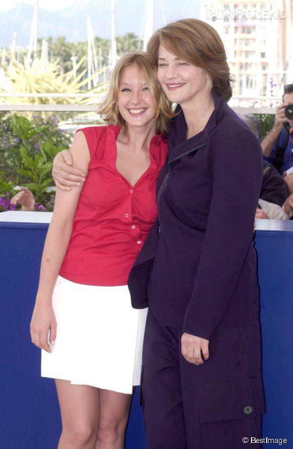 """Ludivine Sagnier, petite jeunette aux côtés de Charlotte Rampling au Festival de Cannes pour """"Swimming Pool"""", en 2003."""