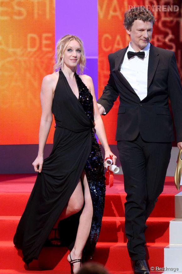 Ludivine Sagnier ose le maxi fendu lors de la cérémonie de clôture du Festival de Cannes 2011, aux côtés de Michel Gondry.