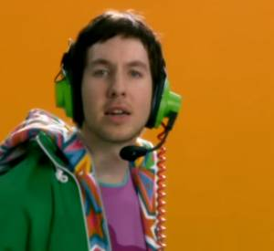 "Calvin Harris dans son clip ""Acceptable in the 80s""."