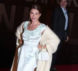 Victoria Abril dévoile ses jambes longilignes avec élégance dans cette robe ivoire sur le tapis rouge.
