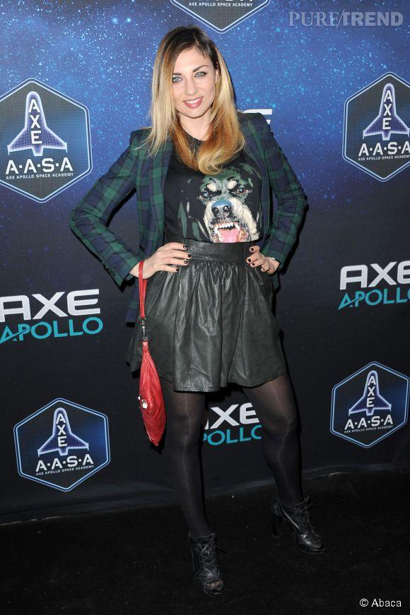 Avec sa jupe en cuir et son t-shirt décalé, Ariane Brodier a  tout bon!