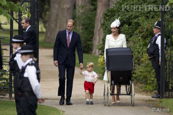 Kate Middleton, le prince William et leur petit George arrivent à l'église de Sandringham pour baptiser la Princesse Charlotte, dimanche 5 juillet 2015.