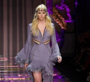 Lara Stone défile pour Atelier Versace Automne-Hiver 2015/2016 à Paris.