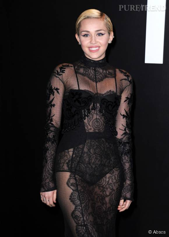 Miley Cyrus, métamorphosée pour MAC Cosmetics.