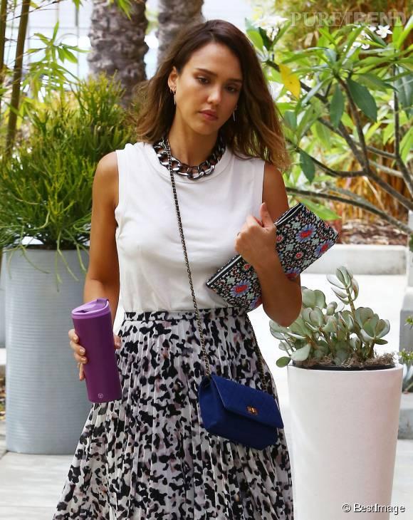 Jessica Alba arbore un look élégant dans les rues de Santa Monica ce jeudi 30 juillet