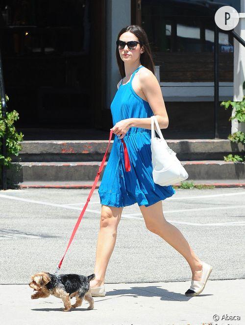 On craque pour la tenue pleine de fraîcheur d'Emmy Rossum pour promener son chien à L.A.