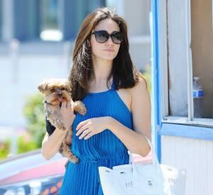 Emmy Rossum mélange le bleu et le blanc pour une tenue estivale et pleine de fraîcheur.