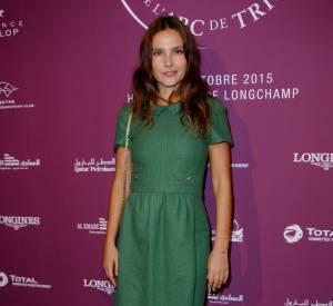 L'actrice prend la pose dans une robe verte inspiration preppy rétro.