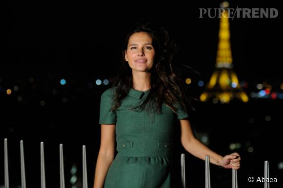 Virgine éclipse la Tour Eiffel.