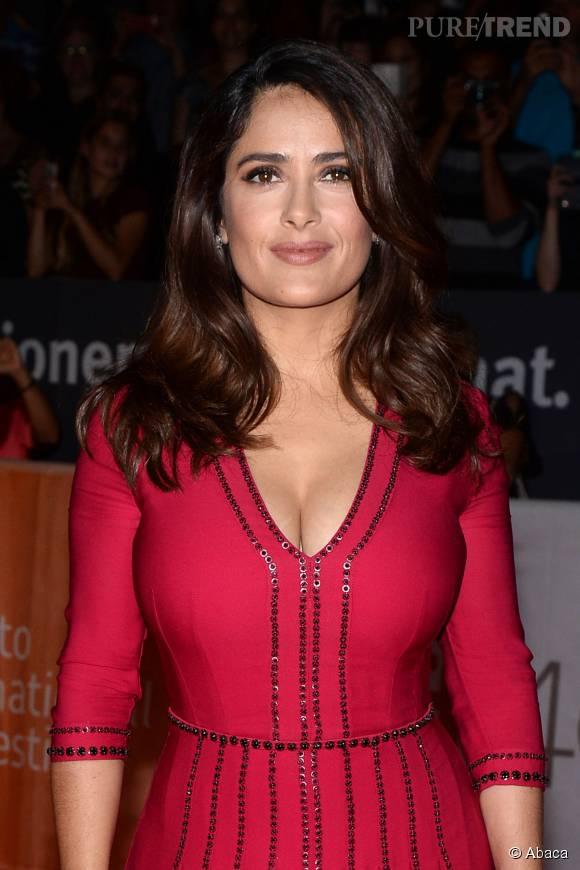 Salma Hayek a opté pour une ravissante robe très glamour et décolletée.