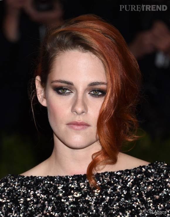 Kristen Stewart ose la coloration rouge, mais dans une nuance sobrement chic.