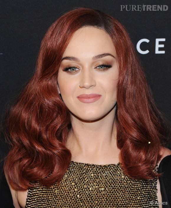 Katy Perry aime changer de tête et ose le rouge pour une crinière de feu.
