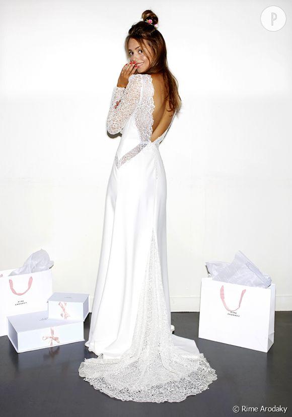 Une mariée sensuelle en robe à découpes et dos nu.