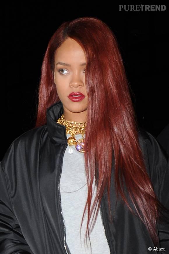 Véritable caméléon capillaire, Rihanna a pourtant des favoris parmi lesquel le rouge a une place de choix.