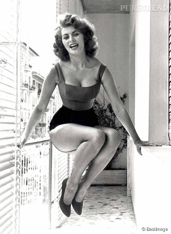 Sophia Loren, sublime diva à la taille de guêpe, photographiée en 1952.