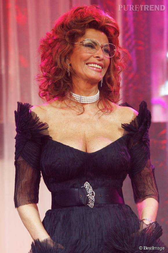 En 2006, Sophia Loren affiche sa taille de guêpe et un décolleté XL pour le lancement du calendrier Pirelli auquel elle a pris part, à 71 ans.