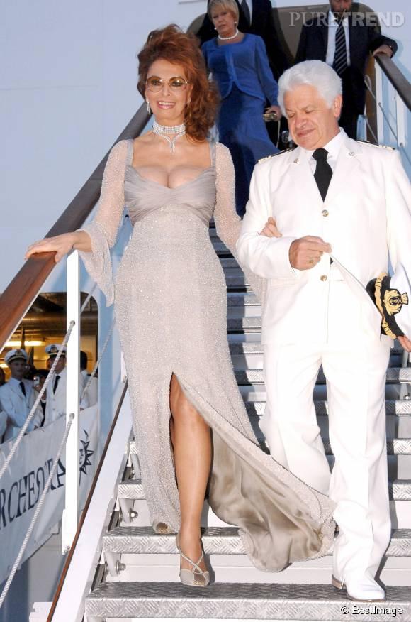 Un an plus tard, Sophia Loren débarque à Rome dans une robe au décolleté affolant.