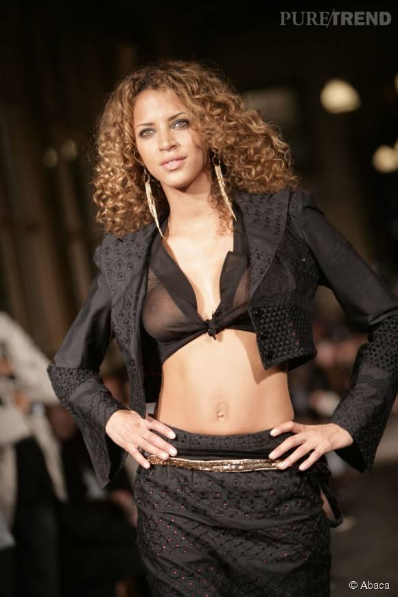 En 2005, Noémie Lenoir défile dans un haut transparent très décolleté pour la créatrice Nathalie Garcon.
