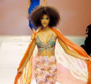 Noémie Lenoir stupéfiante de beauté, dans cette tenue décolletée signée Ungaro en 2000.