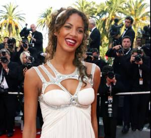 Noémie Lenoir dans une robe blanche très décolletée, au Festival de Cannes en 2006.