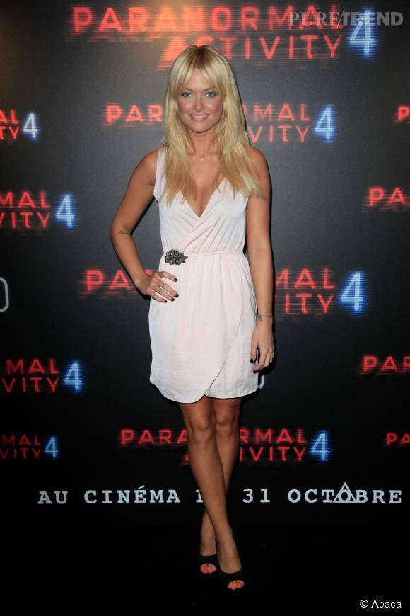 Caroline Receveur sublime dans sa petite robe rose pâle.