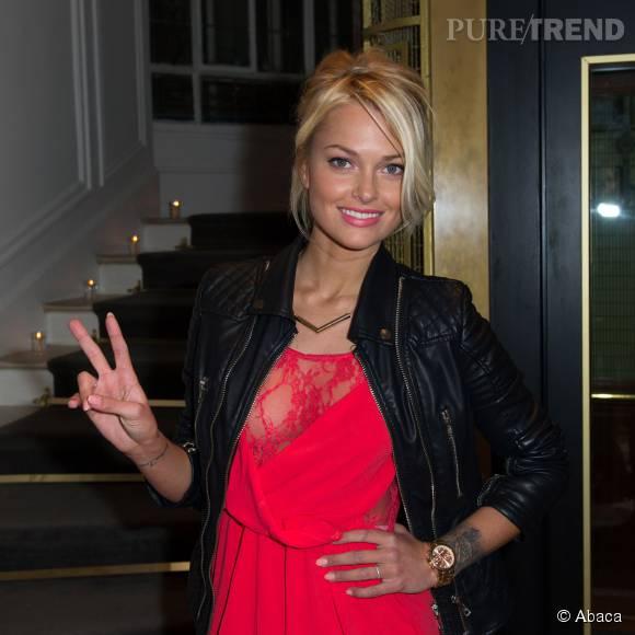 Caroline Receveur super sexy dans sa robe rouge décolletée.