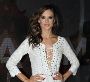 Alessandra Ambrosio : brune incendiaire dans une mini robe blanche lacée