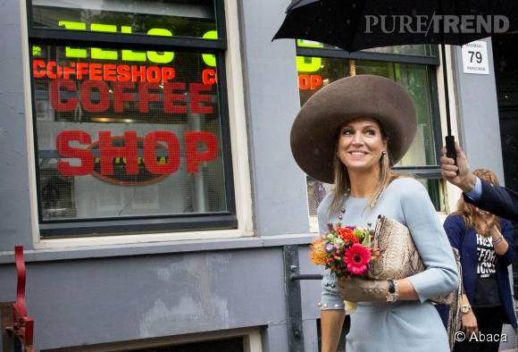 Maxima des Pays-Bas devant un coffee shop à Amsterdam le 22 septembre 2015.