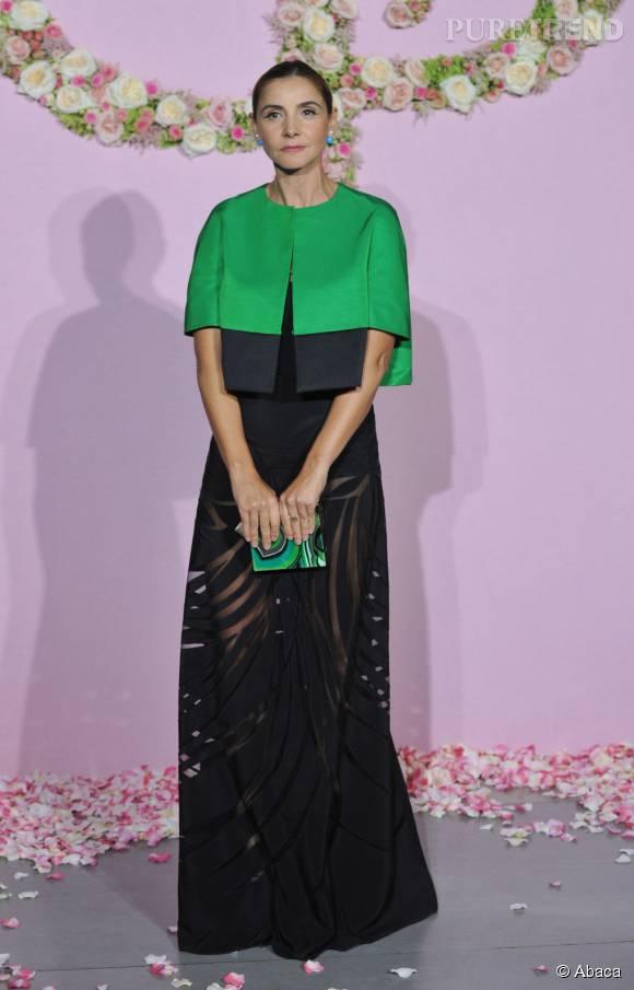 La jeune femme mise sur une tenue Vionnet Croisière 2016 avec jupe transparente.