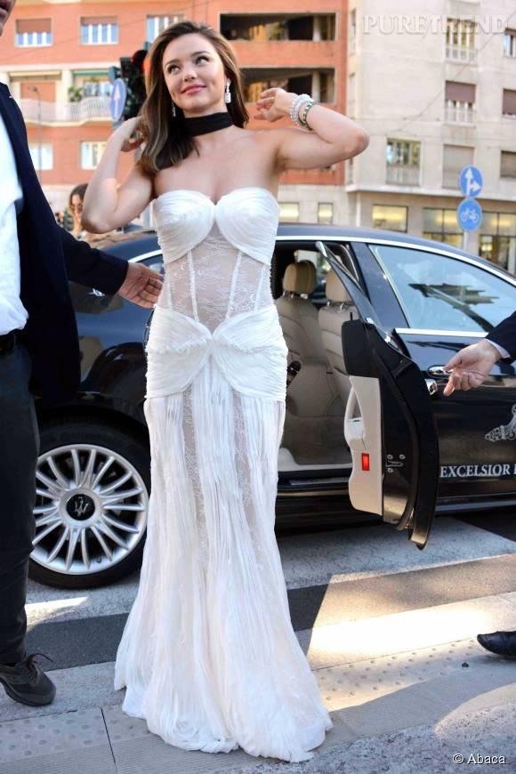 Miranda Kerr, déesse virginale à son arrivée au défilé La Koradior à la Fashion Week de Milan.