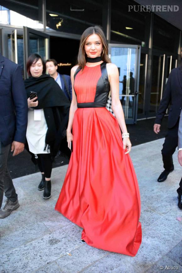Miranda Kerr troque sa robe blanche pour une robe La Koradior très glamour après le show.