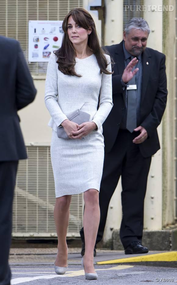 Elle porte une robe grise The Fold à 497 euros.
