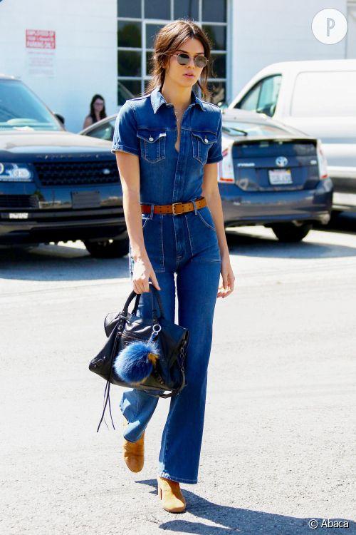 Kendall Jenner en combinaison en jean dans les rues de Los Angeles ce vendredi 25 septembre